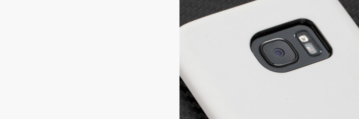 Perfekcyjnie wycięty otwór na aparat w silikonowej obudowie na tył Samsung Galaxy S7 edge